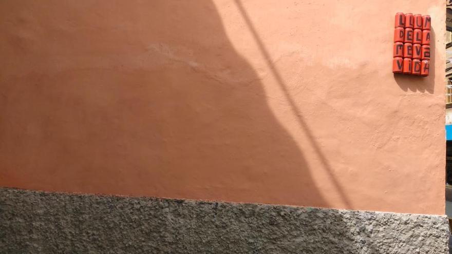 Emaya limpia una de las pintadas de la calle Oms