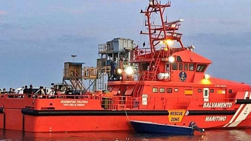 Rescatados los siete ocupantes de un catamarán que se hundía en Formentera