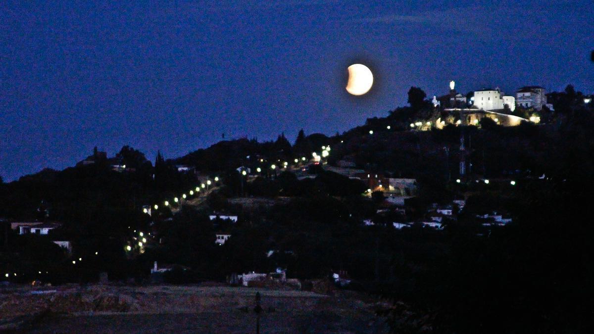 Luna llena sobre el santuario de la Virgen de la Montaña.