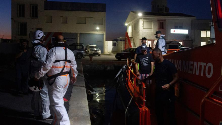 Rescatan a 3 migrantes a bordo de una moto acuática cerca de Motril