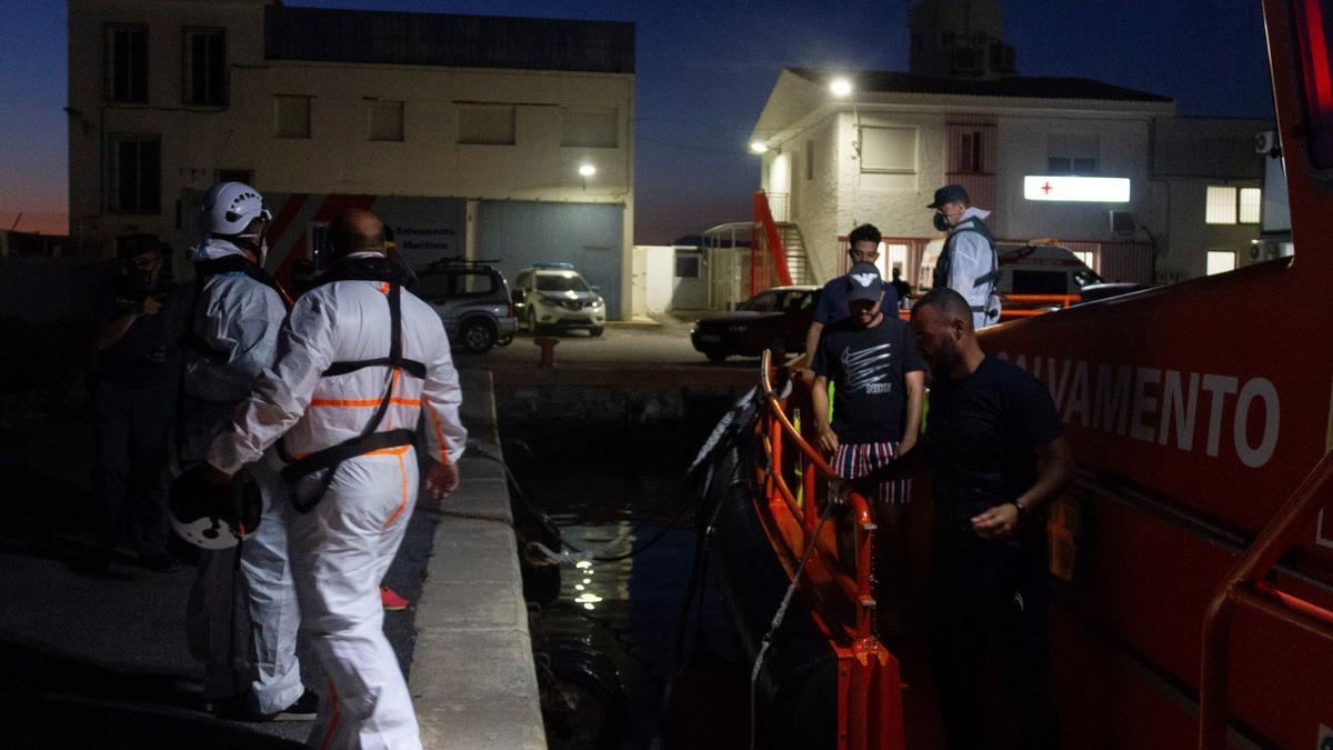 Traslado de los 3 inmigrantes rescatados al puerto de Motril.