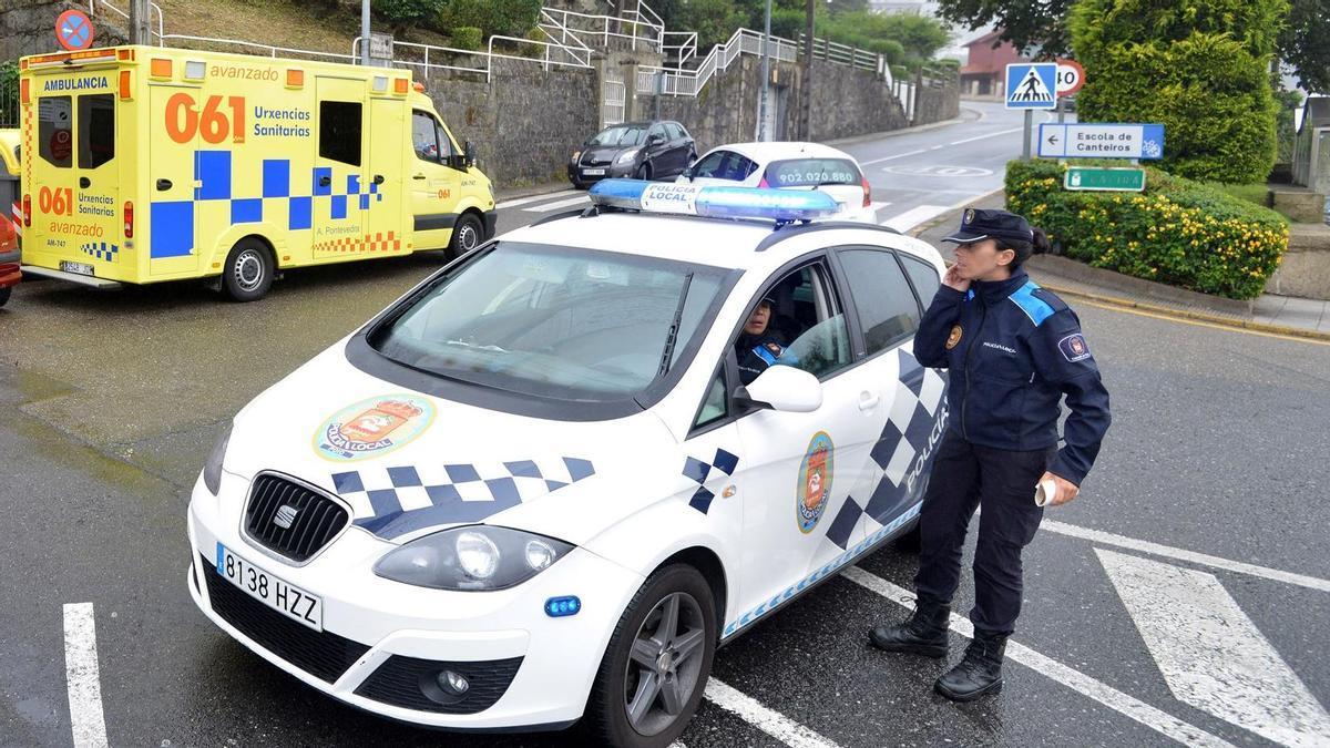 Una ambulancia y un coche de la Policía Local de Poio en una imagen de archivo