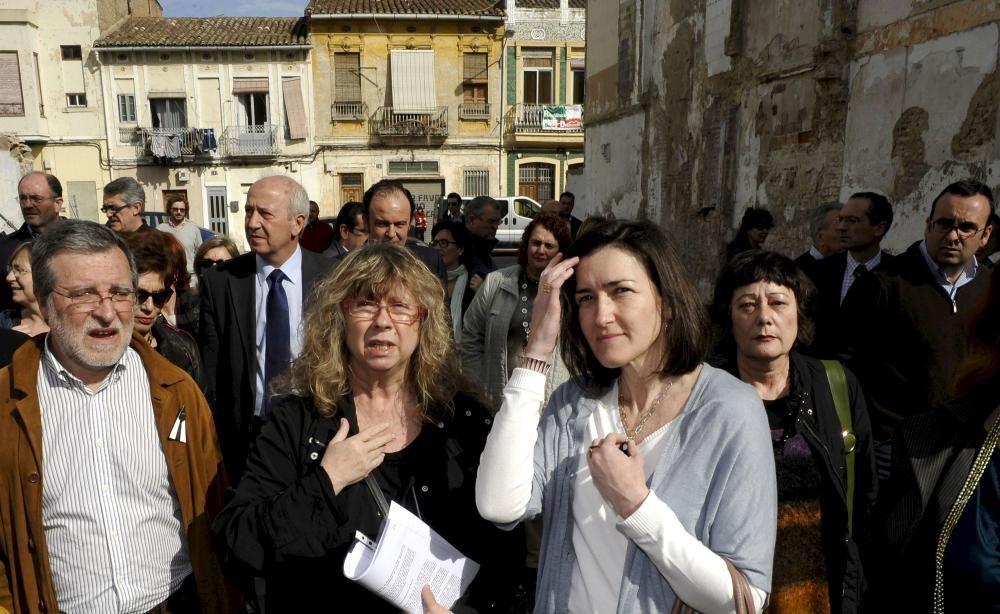 2010. La entonces ministra de Cultura, Ángeles G. Sinde, visita el barrio junto a Maribel Doménech, portavoz de Salvem