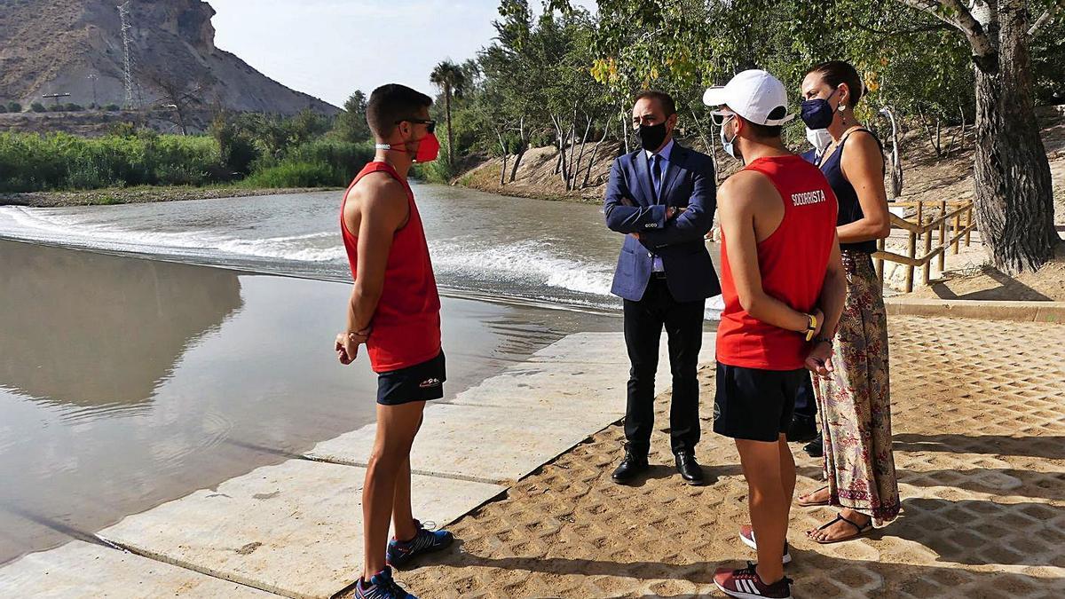 El consejero charla con dos de los socorristas del Plan Copla, en la playa fluvial de Archena. | CARM