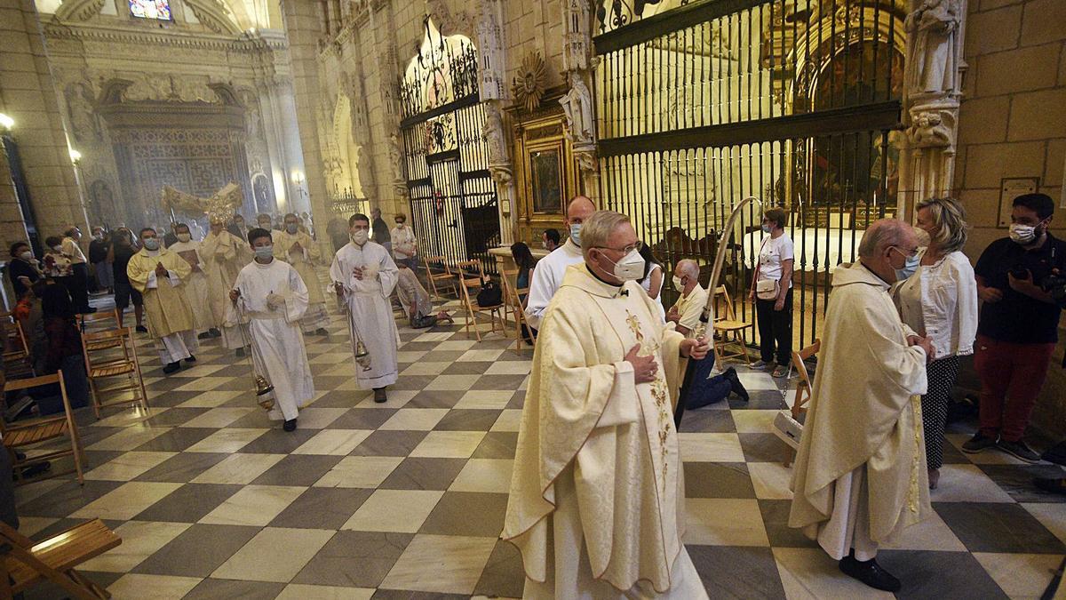 El obispo, en primer plano, en la procesión del Corpus en junio en la Catedral.