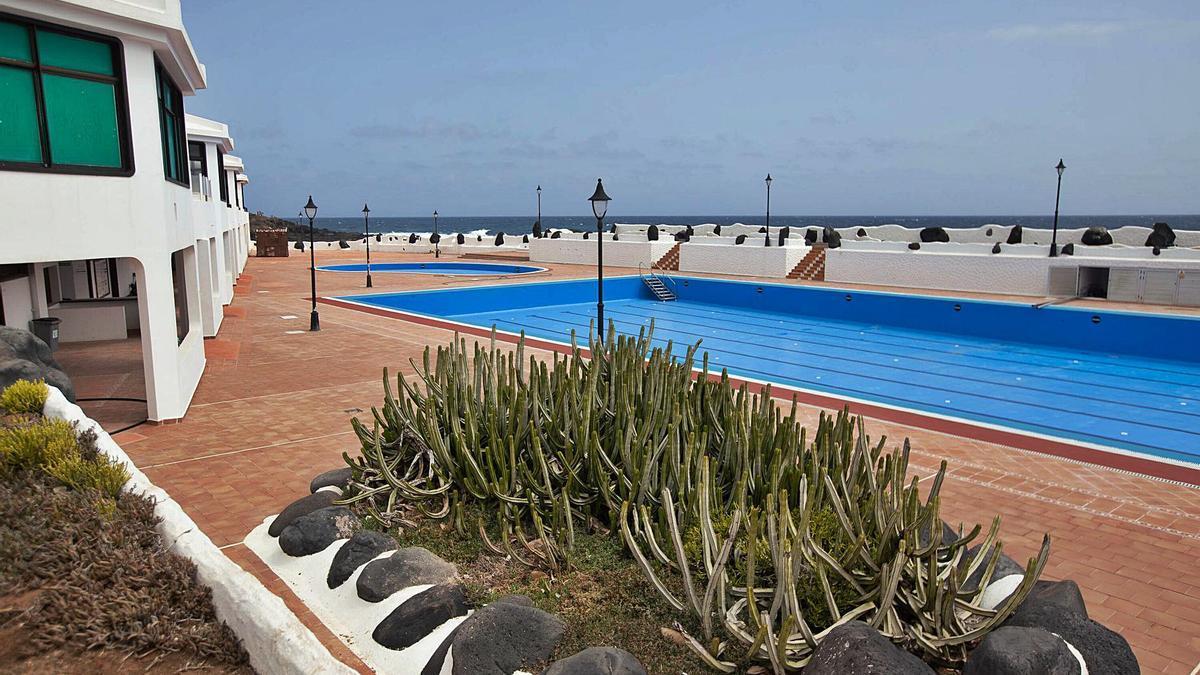 La piscina municipal de Los Silos está cerrada desde el verano de 2019 y Costas se plantea su demolición. | | CARSTEN W. LAURITSEN
