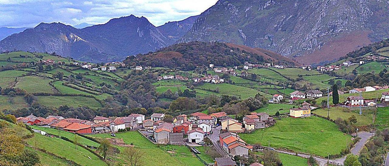 El Monsacro y la sierra del Aramo, desde Peñerudes.