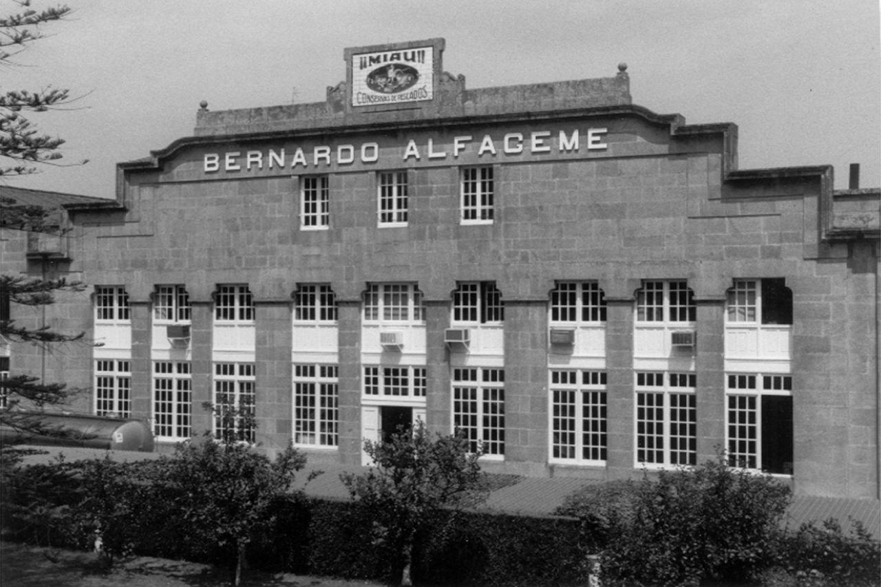 Fachada de la antigua fábrica de conservas y pescados Bernardo Alfageme en Vigo Jesús de Arcos.jpg