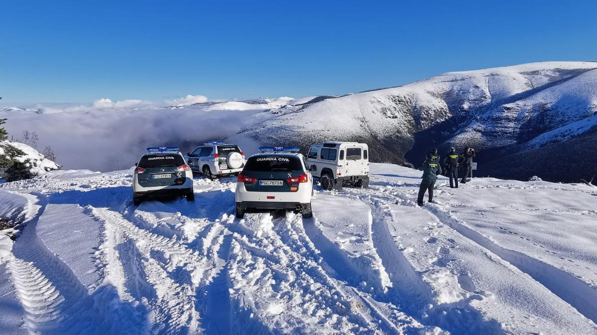 Vehículos de la Guardia Civil cerca de donde encontraron al hombre de 75 años. / Guardia Civil de Lugo