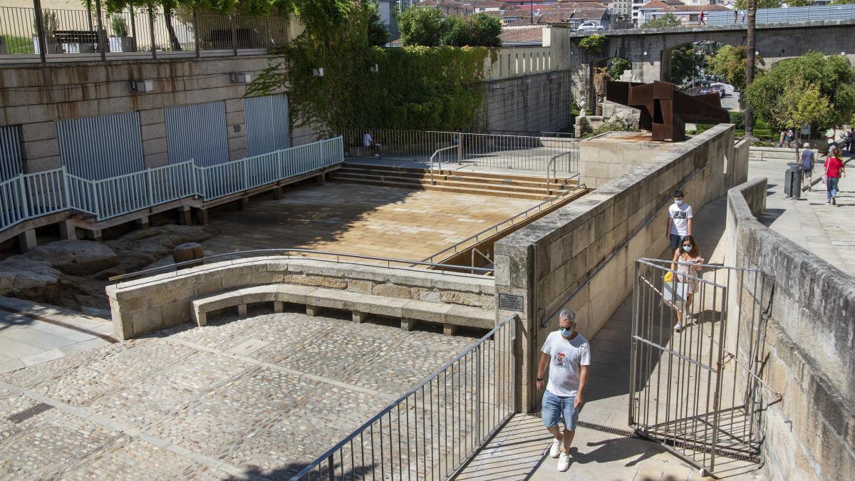 La piscina termal sin agua y cerrada. // Carlos Peteiro