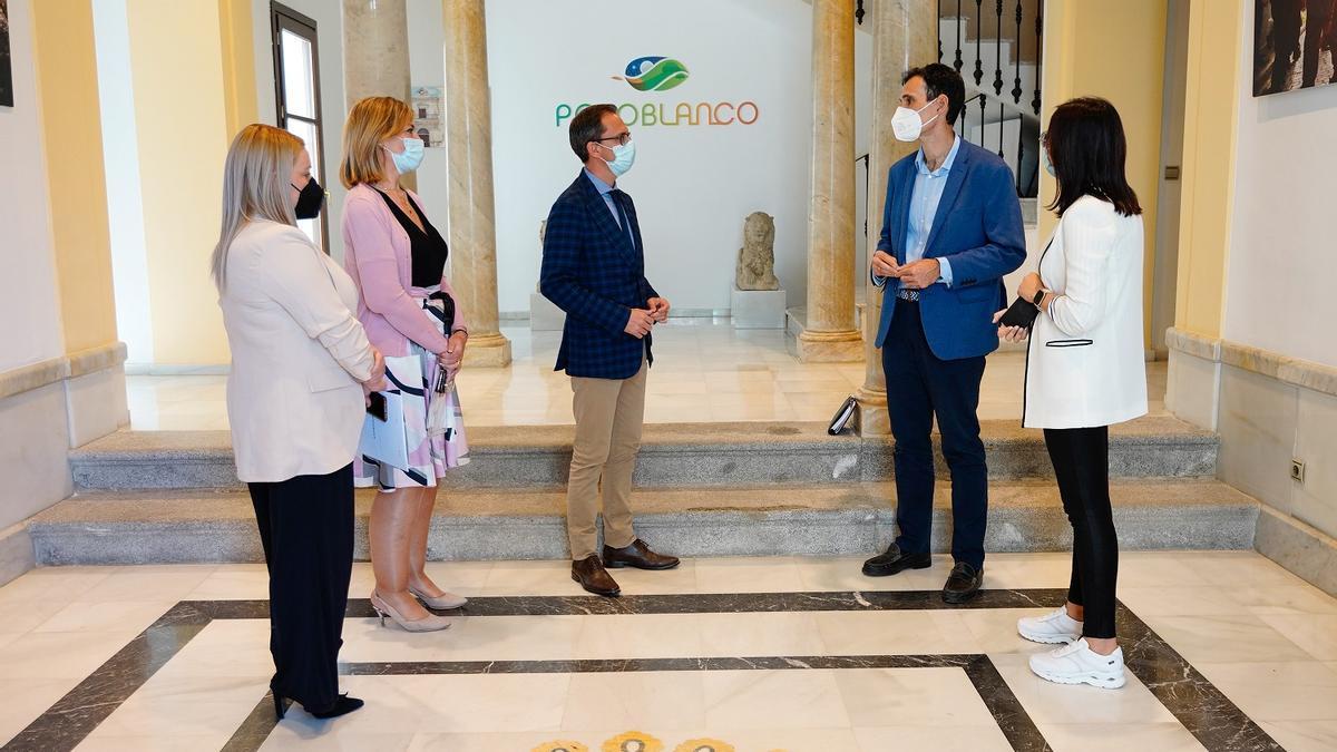 El alcalde Pozoblanco y el delegado de Igualdad, durante la visita.