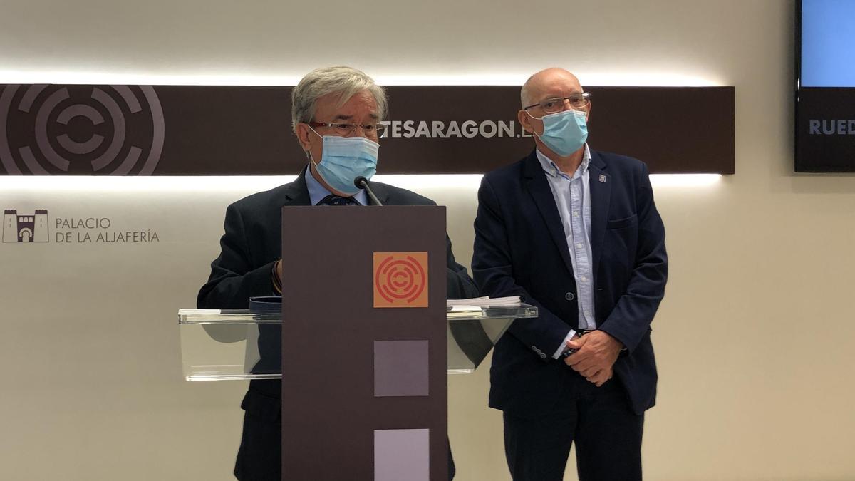 El Justicia, Ángel Dolado, y el asesor Andrés Esteban, en la sala de prensa de las Cortes de Aragón.