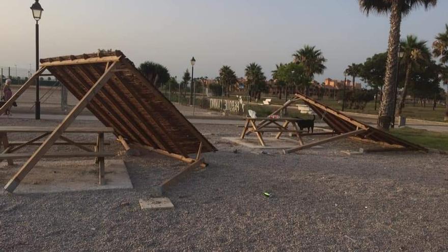Buscan a los vándalos que han hecho destrozos en un parque de Los Alcázares