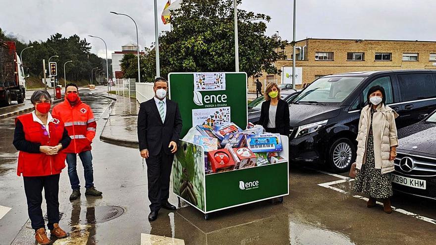 Ence Navia dona un centenar de juguetes a Cruz Roja