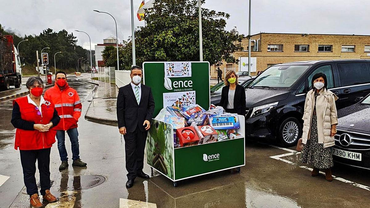 Ence Navia dona un centenar de juguetes a Cruz Roja   REPRODUCCIÓN DE D. Á.