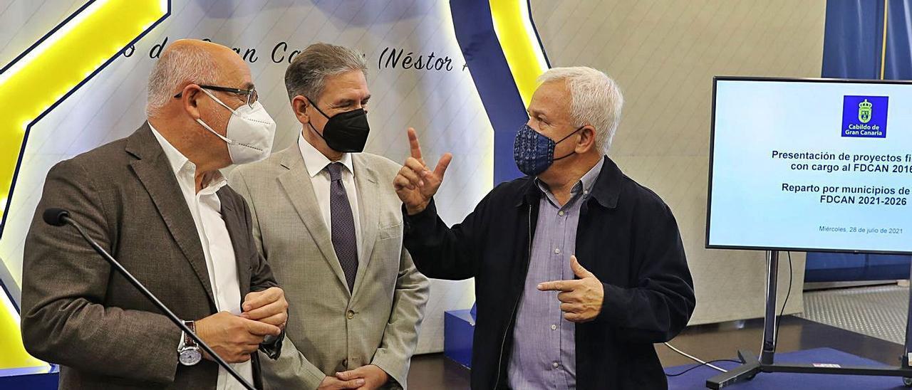 Antonio Morales, presidente del Cabildo, junto a los consejeros Pedro Justo Brito y Carmelo Ramírez, ayer.  | | ELVIRA URQUIJO/EFE