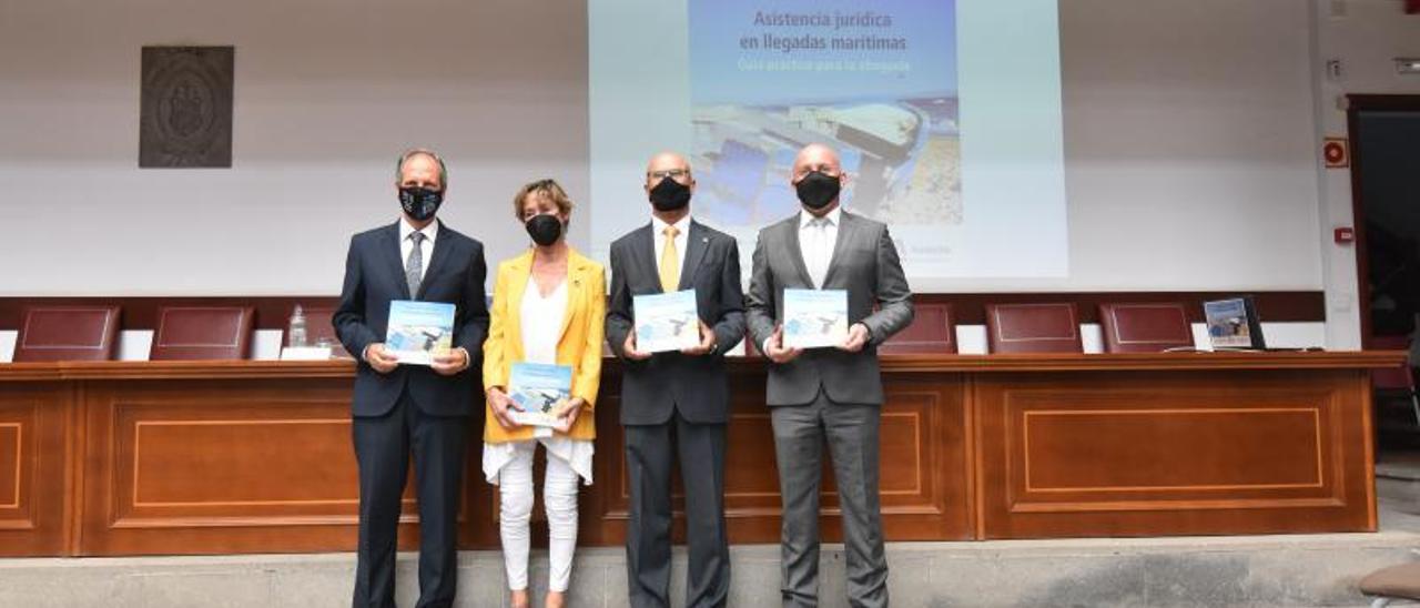 De izquierda a derecha, Rafael Massieu y Victoria Ortega acompañados del Diputado del Común, Rafael Yanes, ayer en la presentación de la guía.  | | COLEGIO DE ABOGADOS