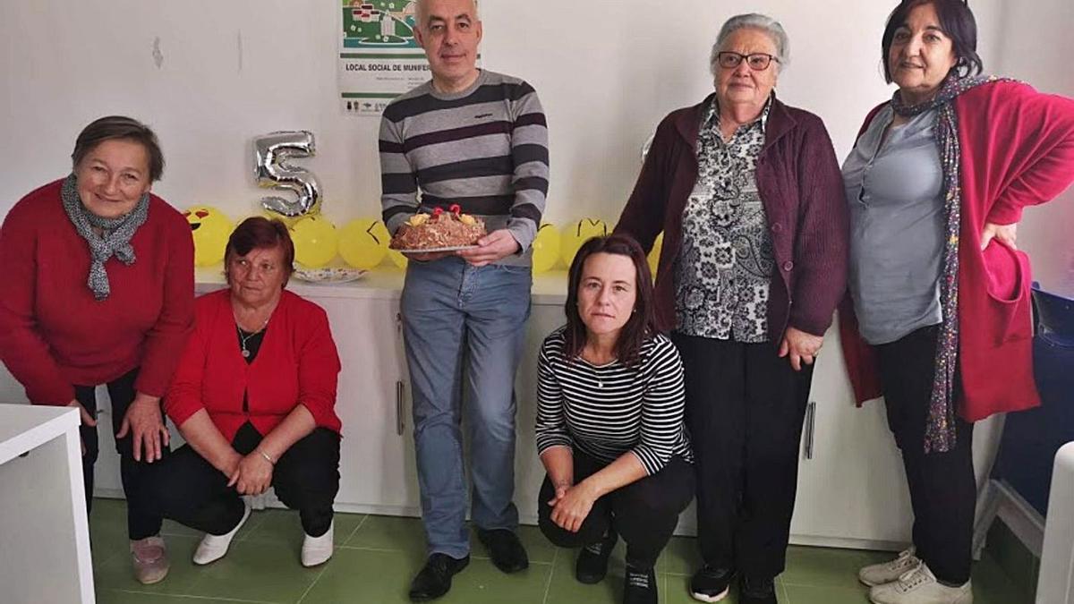 Usuarias de informática con Gómez Pinto, en una fiesta sorpresa de cumpleaños antes de la pandemia.    // L.O.