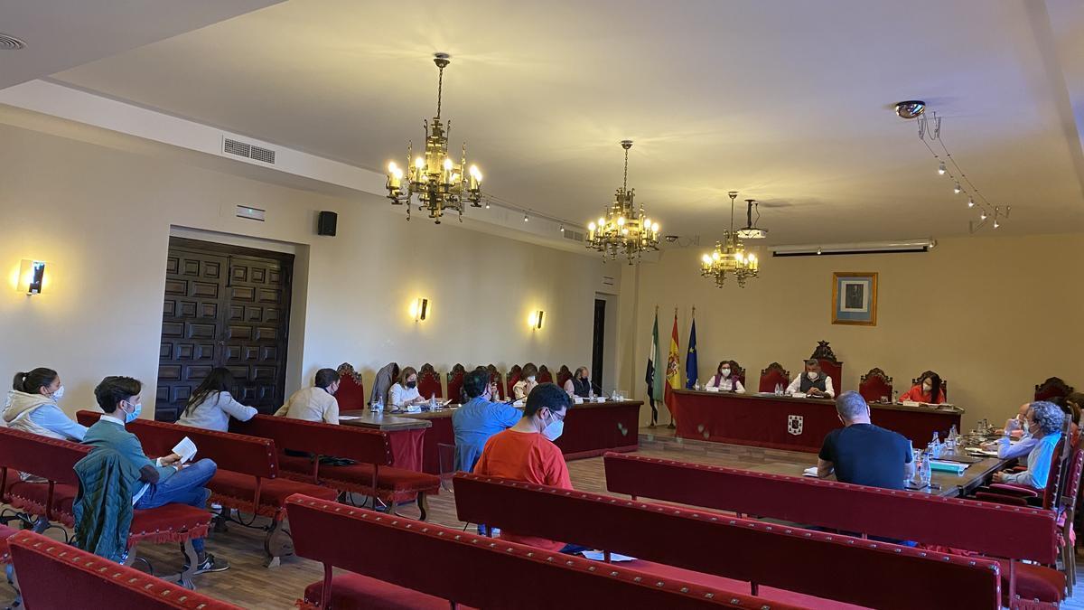 Concejales de la corporación municipal durante el pleno celebrado, recientemente, correspondiente al mes de abril.