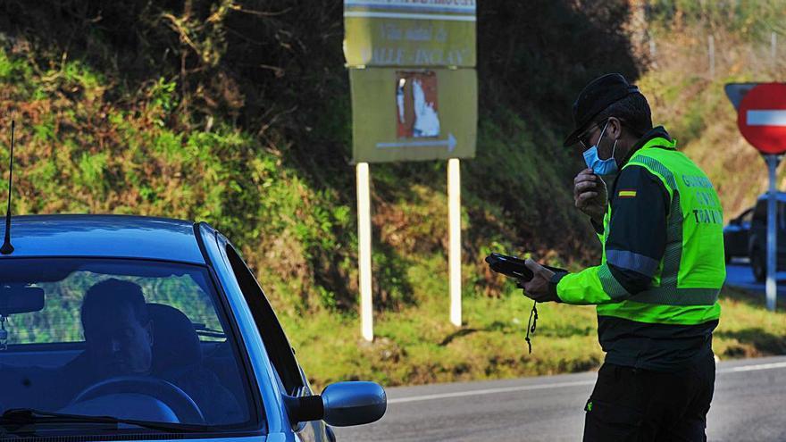 Control de Tráfico de la Guardia Civil en la rotonda de Tremoedo