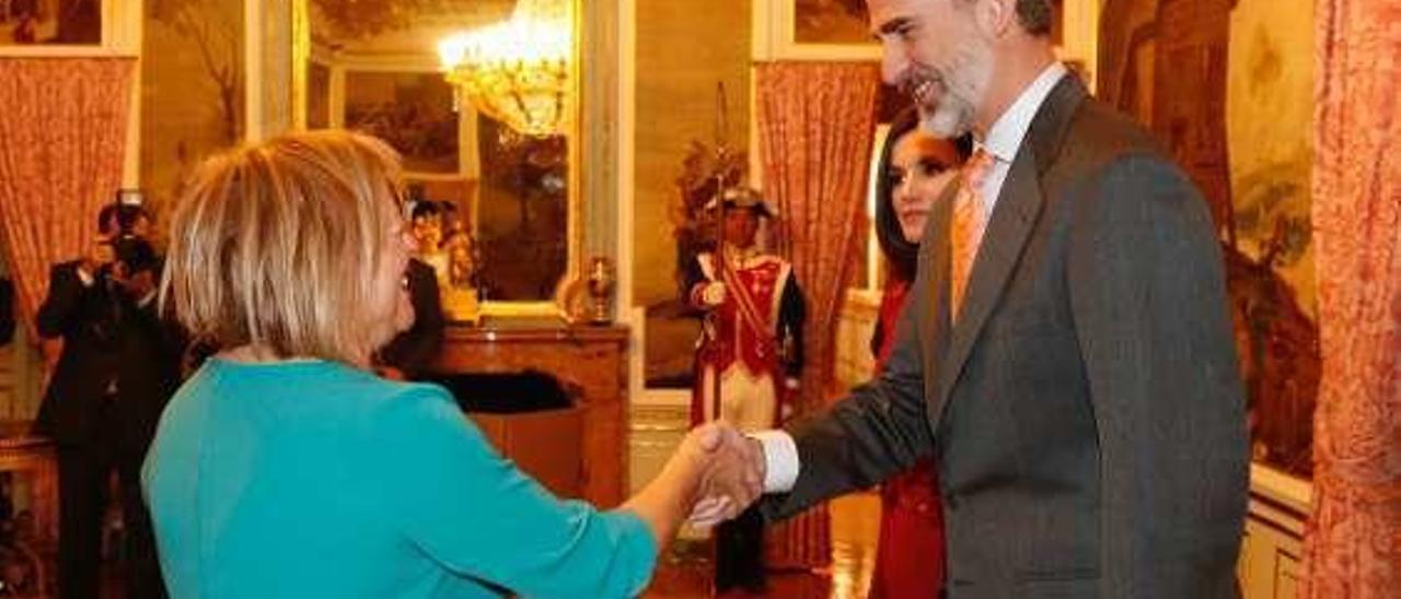 Rosa Menéndez saluda a don Felipe y a doña Letizia.