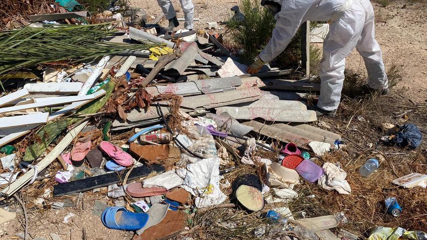 El Ayuntamiento retira de 2.500 kilos de amianto de vertidos en el Camp d'Elx