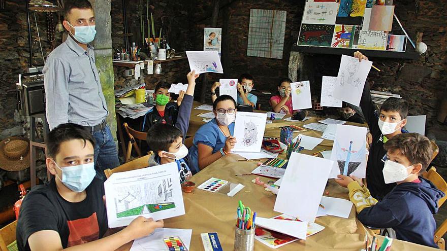 A Solaina enseña a dibujar y pintar, y Algarabía muestra su colectiva