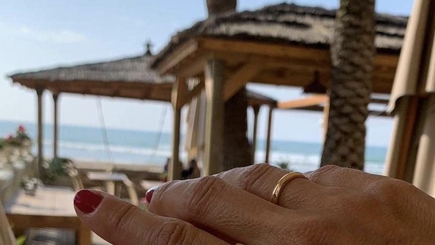 Alberto Fabra y Silvia Jato, felices, muestran sus alianzas de recién casados en Castelló