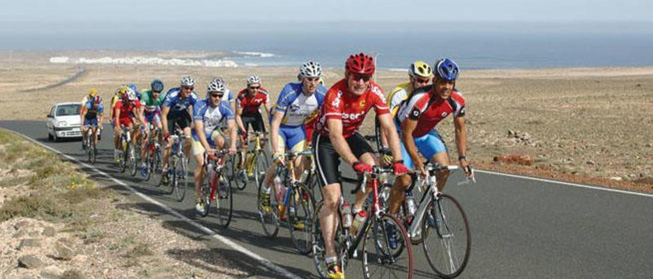 Un grupo de ciclistas por las vías lanzaroteñas