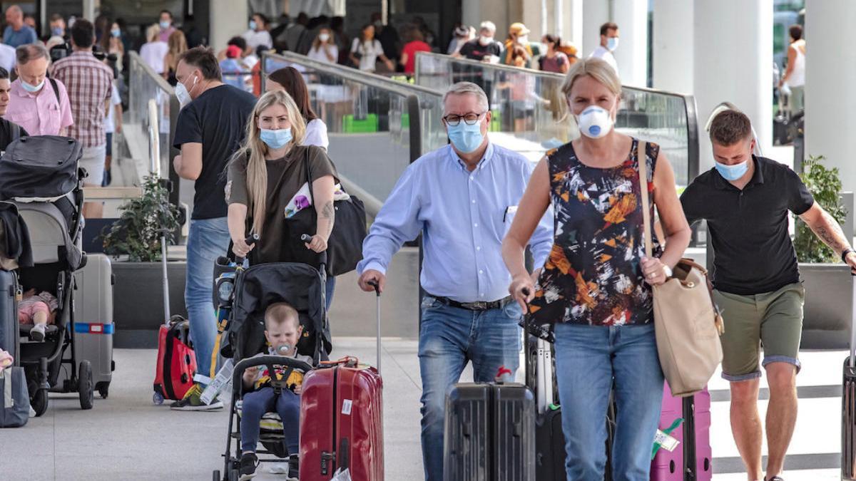 Turistas llegando al aeropuerto de Palma.