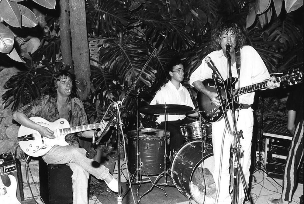 Mike Oldfield, sentado, con Kevin Ayers al micro, durante una actuación sorpresa que se celebró en julio de 1991.