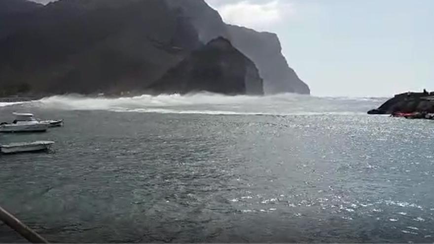 Las olas inundan el puerto de La Aldea