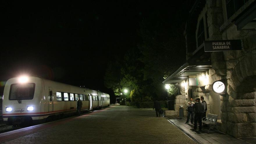 Solucionada a media noche la avería del tren con 120 pasajeros detenido en la estación de Puebla de Sanabria