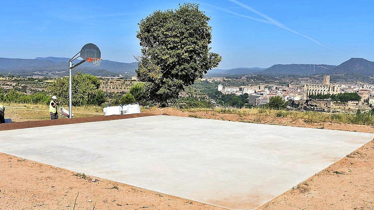 La pista pavimentada i amb la cistella de bàsquet ubicada al barri de la Balconada | AJM
