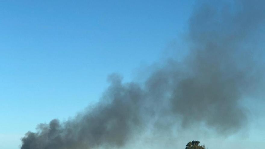 Declarado un incendio en una fábrica de chatarra en un polígono de Sollana