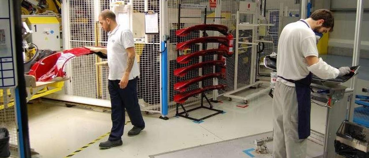 Trabajadores en la fábrica de Plastic Omnium en Redondela. // Antonio Pinacho