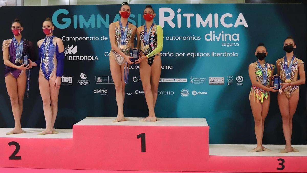 En lo alto del podio: Valeria Díaz (i) y Ciara García, del Batistana.