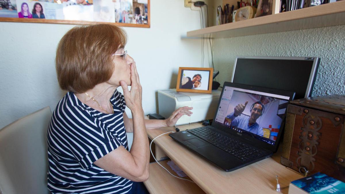 Dolores se comunica con su hijo que trabaja en Panama por Skype.