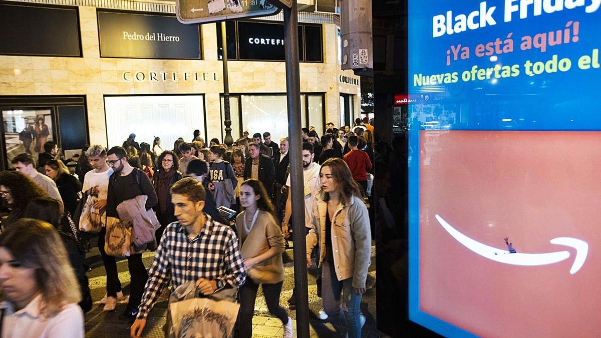 Una calle del centro de València en el 'Black Friday' del año pasado. | LEVANTE-EMV