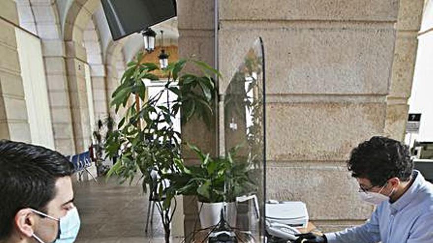 Gandia aprueba implantar mascarillas transparentes para sus funcionarios