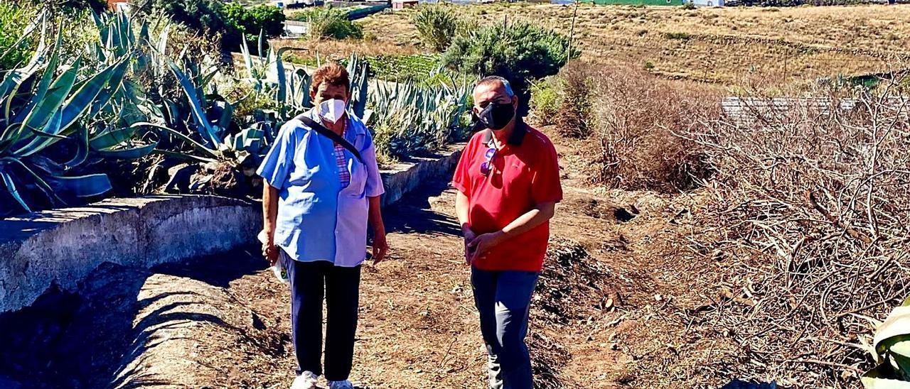 Álvaro Monzón y Carmen Calixto durante la visita al camino real de Tecén. | | LP/DLP