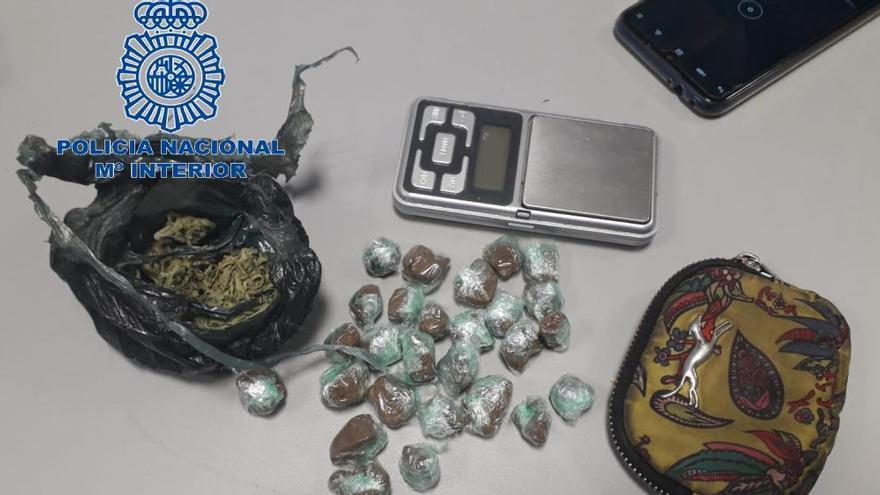 """Un detenido en una operación policial contra el """"trapicheo"""" de droga en locales de ocio de Langreo y San Martín"""