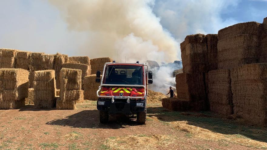 Arden 100.000 kilos de paja en un campo de Sariñena