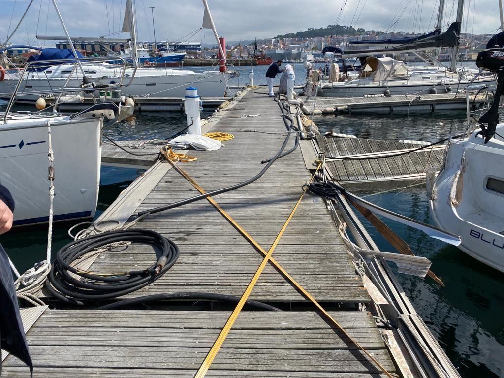 Un pesquero sin control embiste contra pantalanes del Liceo de Bouzas