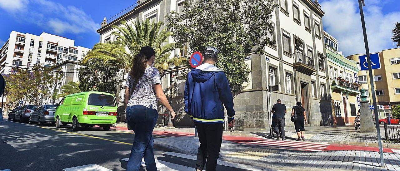 Nerea Rodríguez y Mohamed Alaoui acuden a la Concejalía de Arenales.     ANDRÉS CRUZ