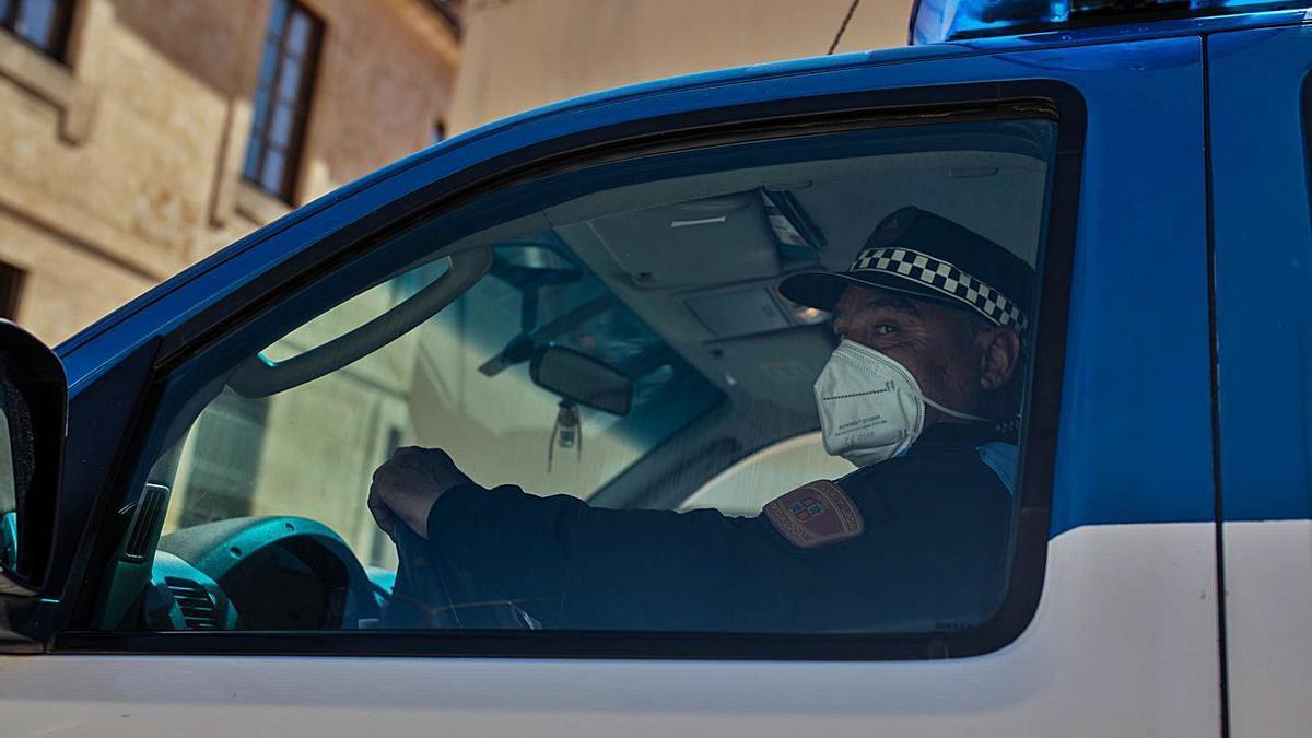 Tomás Vázquez, el policía local de Corrales, en su coche de patrulla con su uniforme reglamentario. | Nico Rodríguez |  NICO RODRÍGUEZ