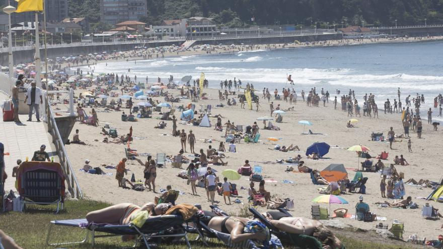 Calor, banderas verdes, terrazas y algún que otro susto: así han disfrutado los asturianos del primer gran día de playa de julio