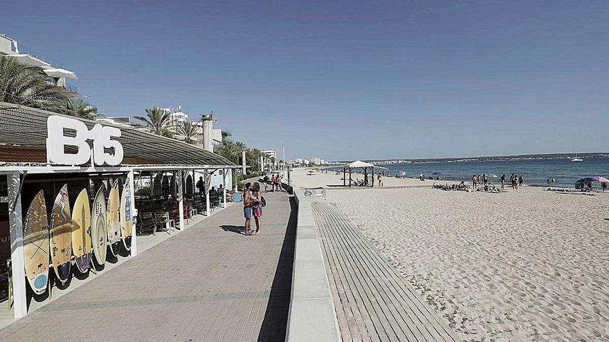 La cifra de negocios de servicios en Baleares cae un 40 % por la dependencia del turismo