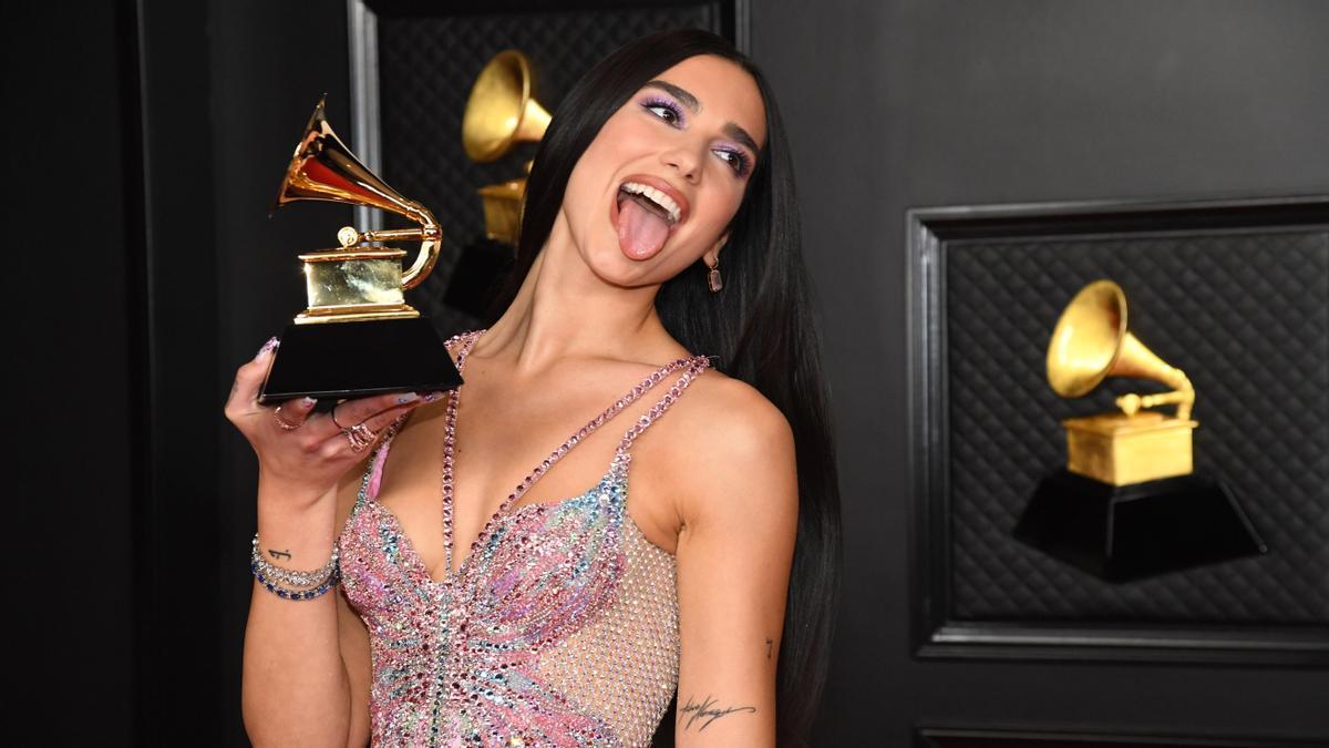 Dua Lipa, con el Grammy al mejor álbum de pop vocal que ha ganado en la edición de 2021.