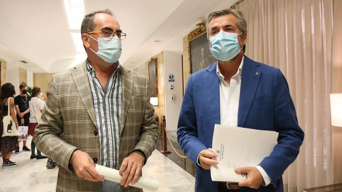 Los concejales Antonio Álvarez y Miguel Ángel Torrico, tras la junta de gobierno local.